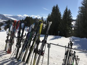 skis-blue-sky-les-gets