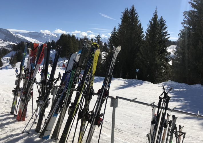 skis-blue-sky-les-gets